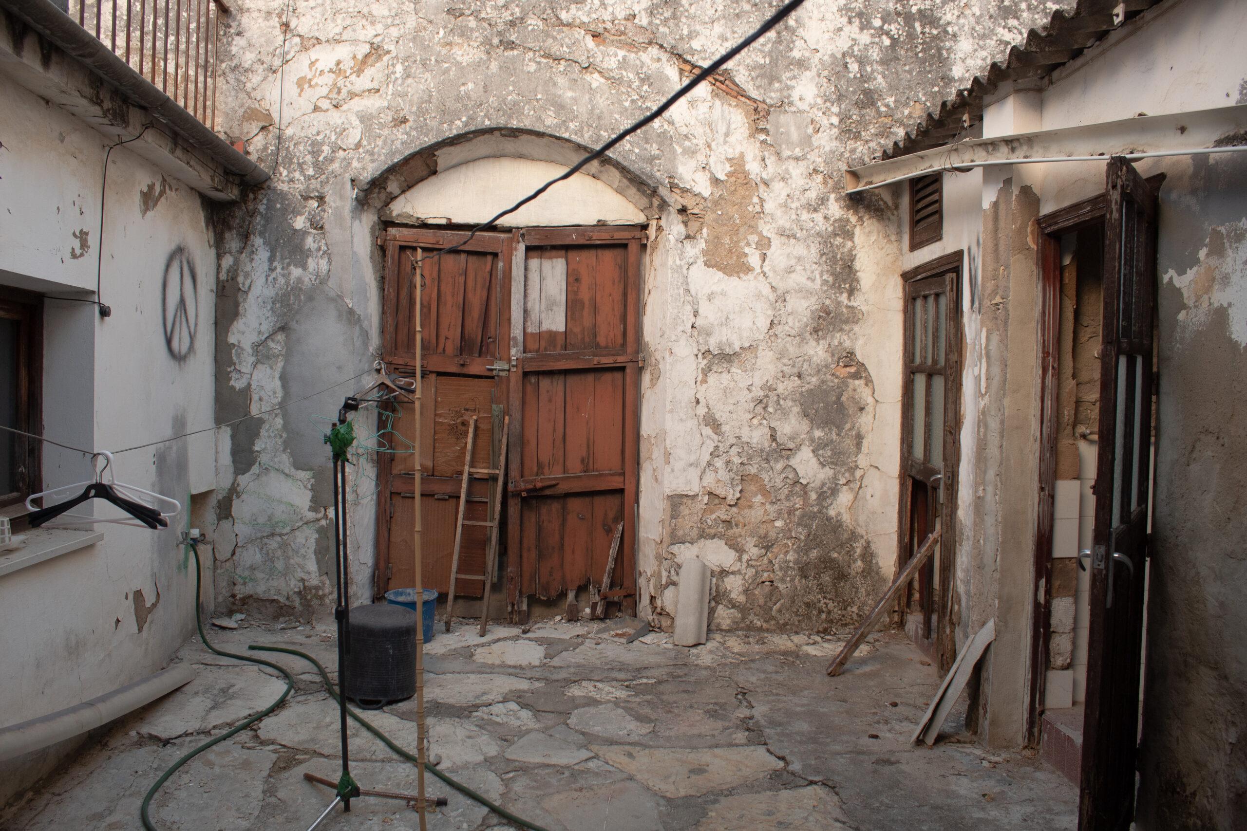 Puerta antigua de madera, aún tapiada